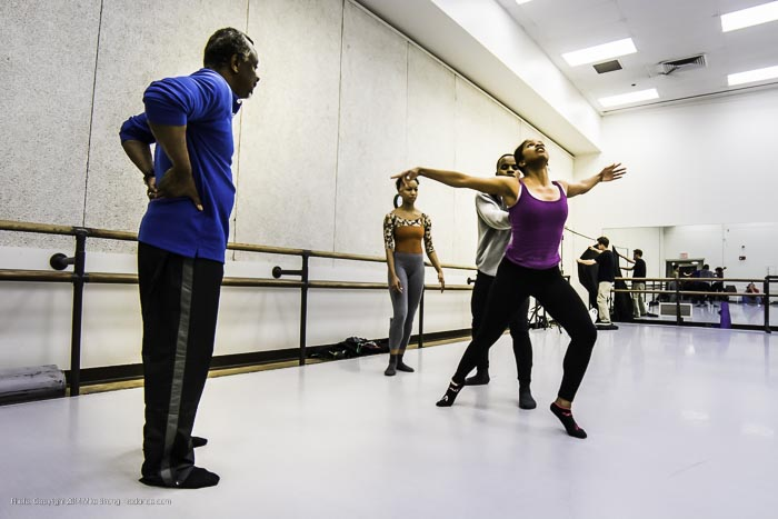 Robert Moses (left) works in studio with Laurel Richardson (front right) and Maleek Washington (behind her). Miyesha McGriff is behind them (center) in Heart Thieves by Robert Moses for Wylliams-Henry Contemporary Dance Co.