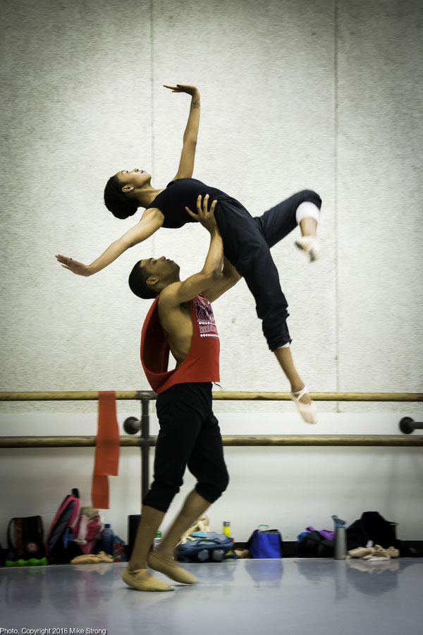 Studio rehearsal: DaJuan Johnson lifting Nia Towe in Henriks Christine Nilssen Opus 40 by Gregory Dawson